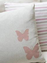 Cojín-rosa-infantil-kids-rayas-mariposas-pintadas-mano